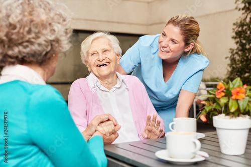 Senior Frauen lachen und haben Spaß - 241519970