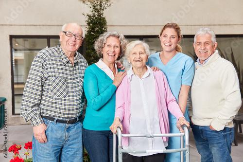 Leinwandbild Motiv Gruppe Senioren mit Altenpflegerin im Seniorenheim