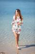 Leinwanddruck Bild - Junge Frau im sommerlichen Strandoutfit