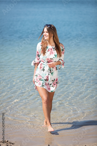 Leinwanddruck Bild Junge Frau im sommerlichen Strandoutfit