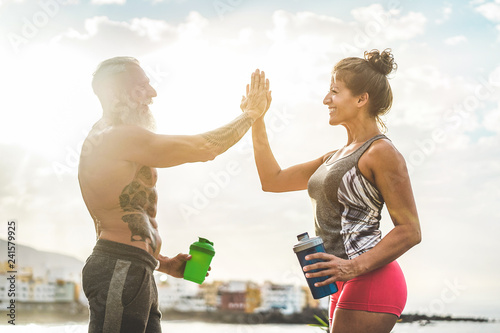Poster Couple of fitness friends athlete congratulating after workout sessions outdoor