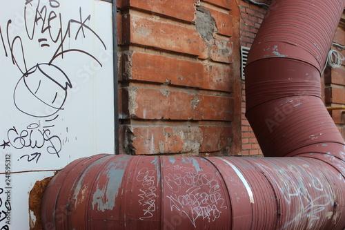 кирпичная стена, металлическая труба, разрушение