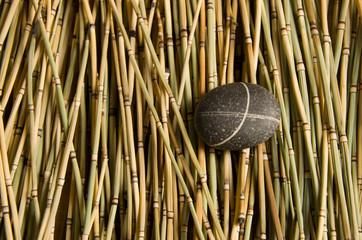 Бамбуковый фон с камнем ракушкой и расческой  © Наталья Медлина