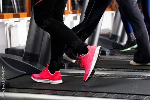 koşu bandında egzersiz yapan insanlar