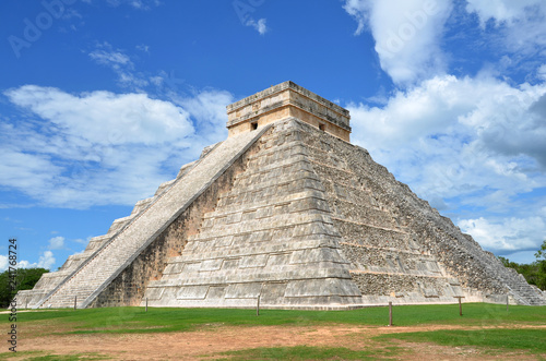 Leinwanddruck Bild The Pyramid of Kukulkan at Chichen Itza in Mexico, one of the New Seven Wonders of the World.