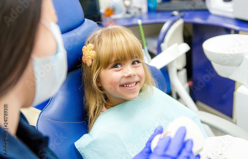 Little girl sitts in the dentist's office - 241789301