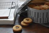 Caja con galletas, galletas con forma de corazón sobre la mesa, utensilios de cocina