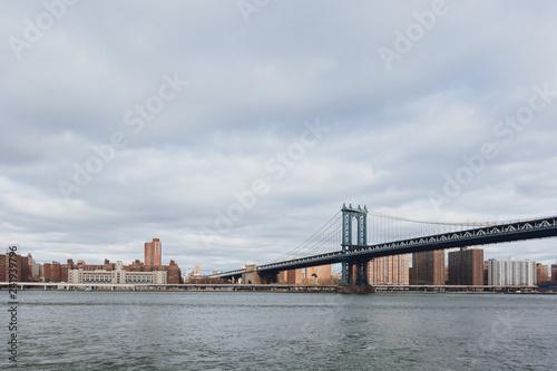 mata magnetyczna Manhattan skyline viewed from Brooklyn with Manhattan bridge, in New York City, USA