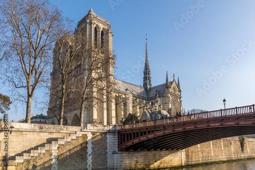 Cathédrale Notre-Dame de Paris vue depuis les quais de Seine