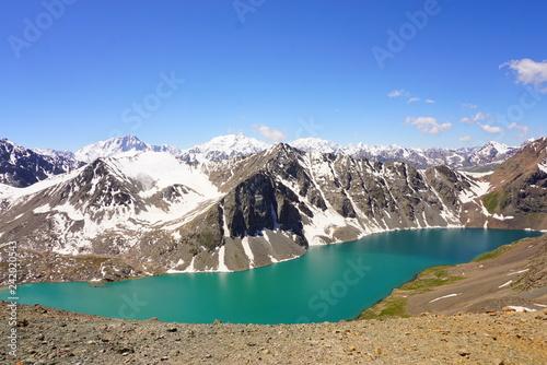 キルギスの山 天山山脈とアラクル湖