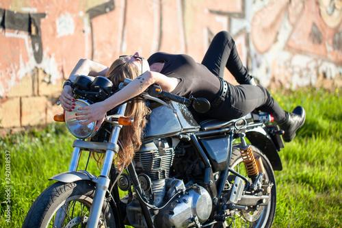 Mujer acostada sobre motocicleta