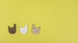 Oster-Hintergrund mit Dekorativen Objekten, drei Hühner, gelb - 242056138