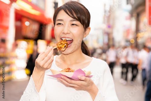 Poster 大阪でたこ焼きを食べる女性