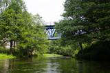 Most nad rzeką wśród drzew