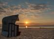 Leinwanddruck Bild - Strandkorb - Sonnenaufgang