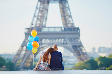 Couple with colorful balloons near the Eiffel tower