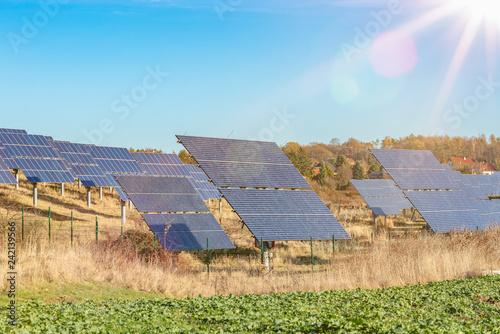 montierte Solarpanel als Teil einer großen Photovoltaik anlge auf einem Feld / Wiese