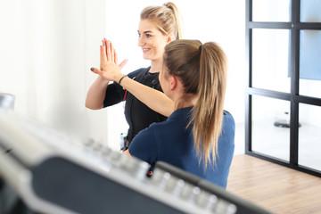 Trening fitness z trenerem osobistym. © Robert Przybysz