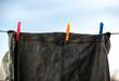 Tender la ropa baqueros en el tendedero con pinzas de colores