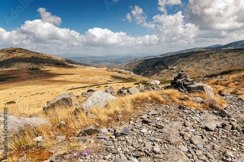 Mojón en el camino del refugio del Rey en Gredos. Avila. España.  Europa.