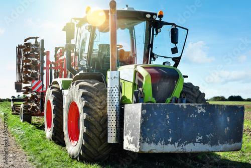 tracteur et sa charrue © Image'in