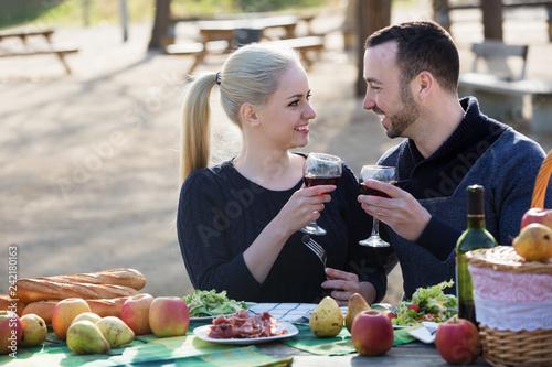 Leinwanddruck Bild Couple having picnic at countryside