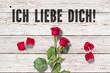 """Leinwanddruck Bild - Rose und Blütenblätter auf Holzuntergrund und Nachricht """"Ich liebe Dich!"""""""