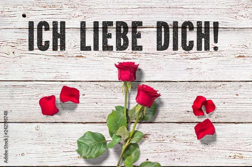 """Leinwanddruck Bild Rose und Blütenblätter auf Holzuntergrund und Nachricht """"Ich liebe Dich!"""""""