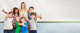 Multikulturelle Kinder in Schulklasse einer Grundschule - 242259558