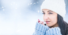 "Постер, картина, фотообои ""Attractive young woman l protecting lips with lip balm in snowy and frozen weather"""