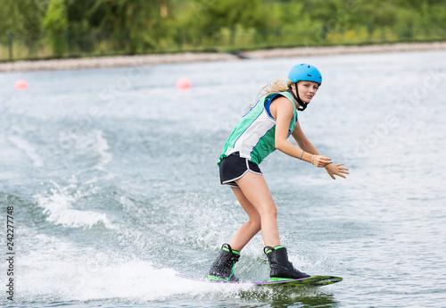 Frau beim Wassersport