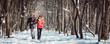 Leinwanddruck Bild - Paar bei Spaziergang im Winter an einem klaren und kalten Tag