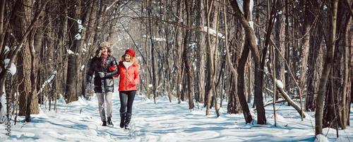 Leinwanddruck Bild Paar bei Spaziergang im Winter an einem klaren und kalten Tag