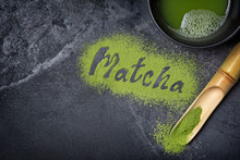 "Постер, картина, фотообои ""Lettering from green matcha tea with bamboo scoop on black marble background"""