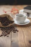 Taza de café caliente y dos libros - 242363305