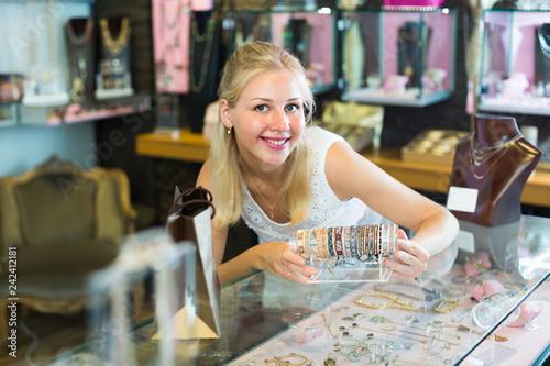Foto Murales woman seller showing bracelets