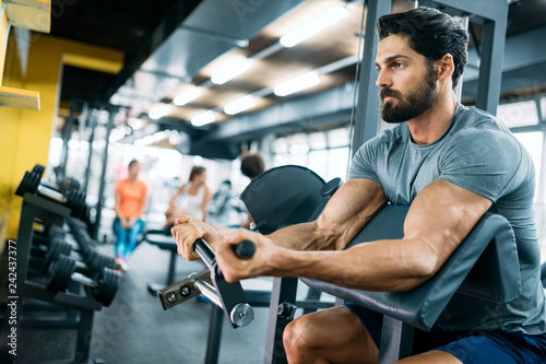 Foto Murales Strong ripped man training in modern gym