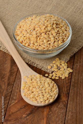Foto Murales Lentejas amarillas crudas en un bol en la mesa
