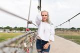 Porträt einer jungen blonden Frau - 242478792