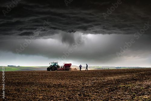 finir le travail avant l'orage - 242484525