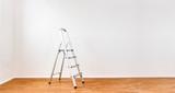 Leiter im Zimmer - 242497941