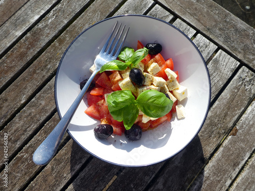 Tomaten Schafskäse Salat - 242546329