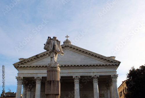 Facciata cattedrale con statua e cielo azzurro