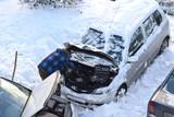 мужчина ремонтирует легковой автомобиль в зимний морозный день - 242685724
