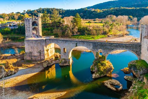 mata magnetyczna Pont fortifié médiéval de Besalu en Catalogne, Espagne