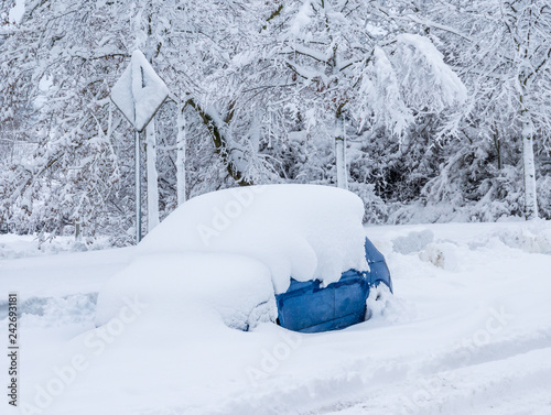 Auto von Schnee bedeckt