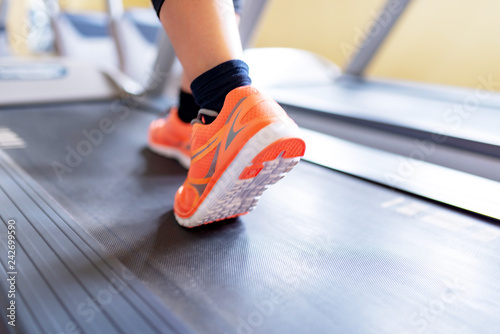 Leinwanddruck Bild Frau läuft auf Laufband