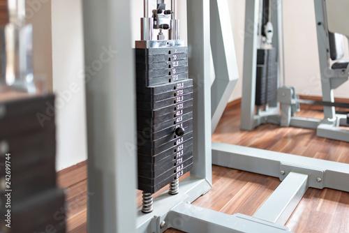 Leinwanddruck Bild Gewichte an einem Fitnessgerät