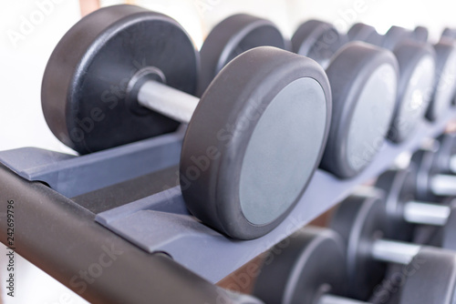 Leinwanddruck Bild Hanteln in einem Fitnessstudio