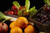 Naranjas, uvas y tomates.